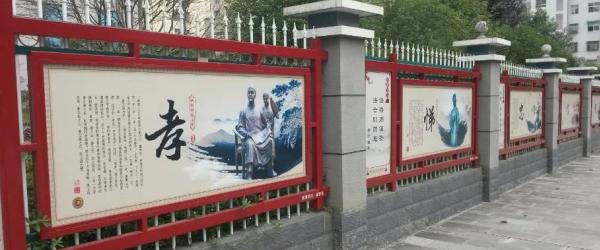 两侧人行道旁的朱红围栏绵延一路,共计镶嵌121块法治文化宣传展板